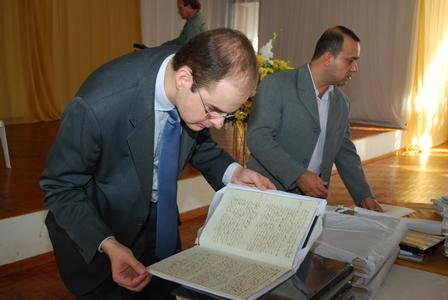 O gerente de fiscalização dos serviços notariais e de registro, Iácones Batista Vargas, verifica o resultado do trabalho de restauração
