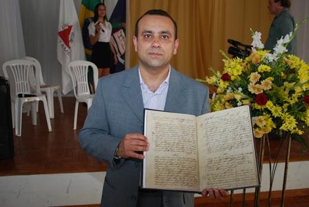 O registrador Herbert Teixeira Cândido mostra o livro de nº 1 totalmente restaurado
