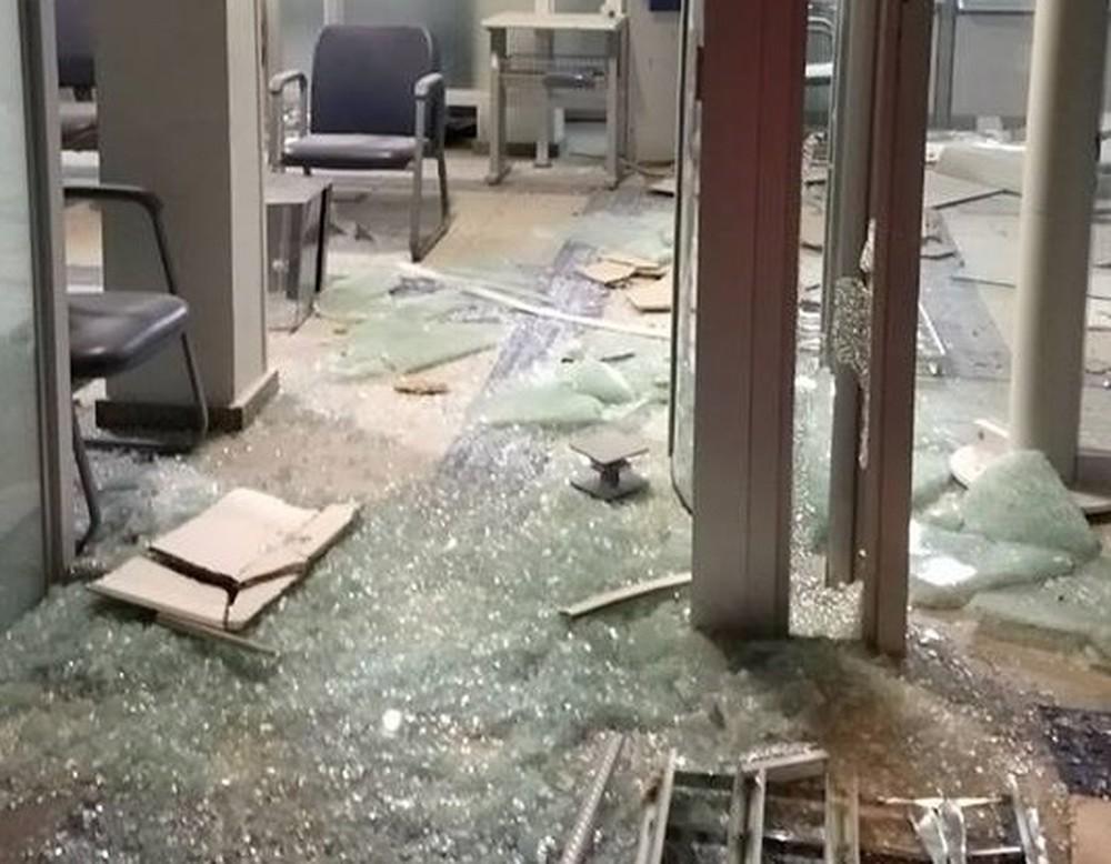 Criminosos explodiram cofres em duas agências de Dores do Indaiá